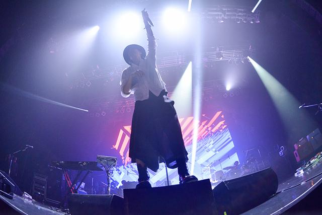 RADWIMPSのライブで片手を上げる野田洋次郎