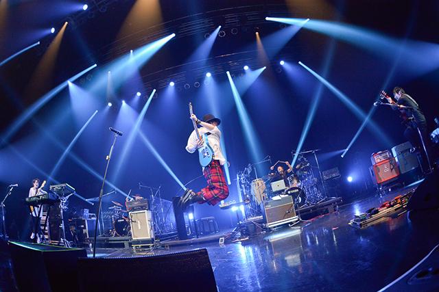 RADWIMPSのライブ中チェックのパンツで飛び跳ねる野田洋次郎